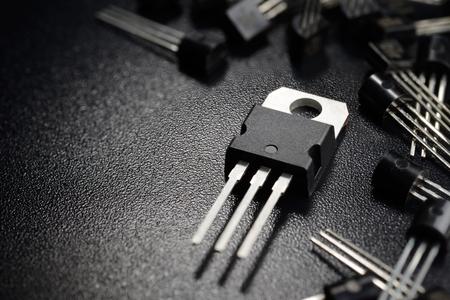 黒の表面上のパワー トランジスタのマクロ撮影