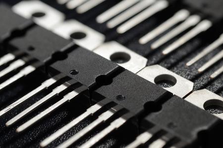 검은 표면에 파워 트랜지스터의 매크로 샷