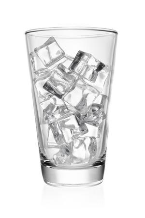 Leeg transparant glas met ijsblokje rotsen geïsoleerd op een witte achtergrond. Stockfoto