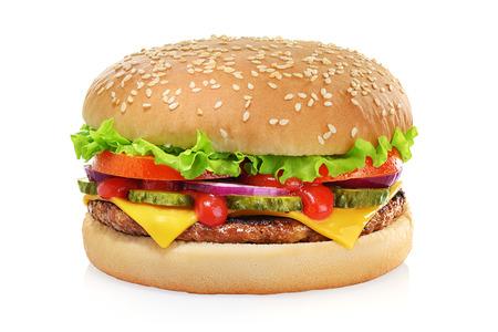 Klassischer Cheeseburger mit Rindfleischpastetchen, Essiggurken, Käse, Tomate, Zwiebel, Kopfsalat und Ketchup-Senf einzeln auf weißem Hintergrund.