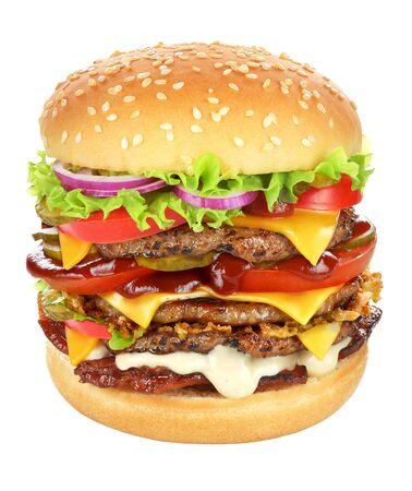 Zeer grote cheeseburger met rundvleespasteitje, augurken, kaas, tomatenketchup, ui, sla en spek geïsoleerd op een witte achtergrond. Stockfoto