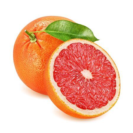 Grapefruit met blad geheel en gehalveerd geïsoleerd op een witte achtergrond.