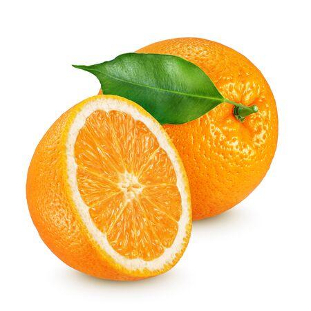 Mitad y frutas naranjas maduras enteras con hojas aisladas sobre fondo blanco.