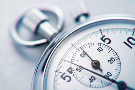Cronometro analogico meccanico classico cromato metallico. Primo piano.