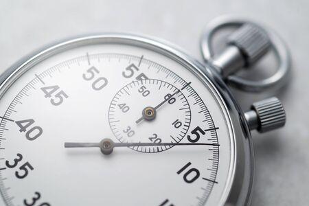 Chronomètre analogique mécanique classique en chrome métallique. Photo en gros plan.