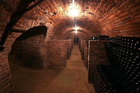 Vintage Weinflaschen gestapelt im alten Keller des Weinguts