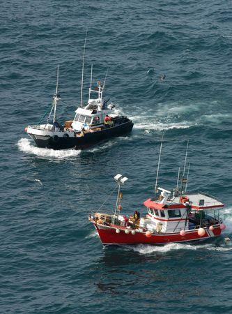 Zwei Fischerboote auf dem Meer