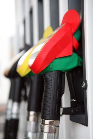 Mehrere Benzin-Pumpe-Düsen an Tankstelle   Standard-Bild