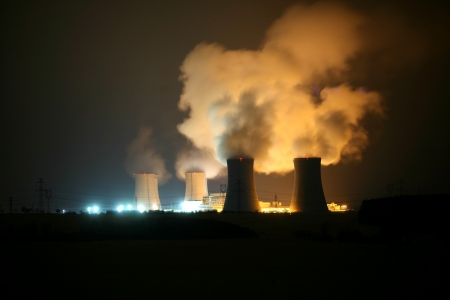fission: Nuclear power station at night, Dukovany, Czech Republic Stockfoto