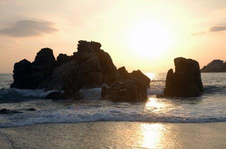 Silhouette des Denkmals während des Sonnenuntergangs über den Strand von Puerto Escondido  Lizenzfreie Bilder