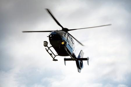 Blau und Silber Polizeihubschrauber fliegen oben  Lizenzfreie Bilder