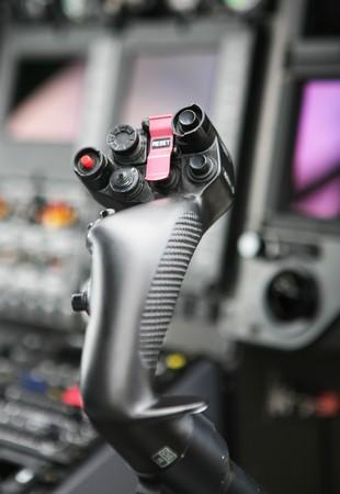 Steuerhebel im Cockpit der Polizeihubschrauber
