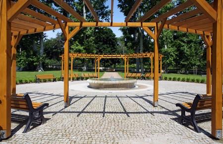 Garten mit kleinen Brunnen und Bänke um Lizenzfreie Bilder