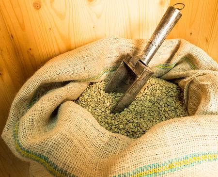 Einige grüne Kaffeebohnen in einer Tasche befindet