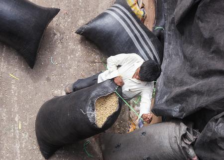 cooperativismo: Tingo Mar�a, PER� - 22 de junio: El secado de los granos de caf� en el patio del cooperativa Naranjillo en Tingo Mar�a, Per� 2011