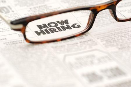 gafas de lectura: Ahora contrataci�n anuncio clasificado mostrando a trav�s de gafas de lectura.