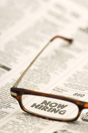 gafas de lectura: Ahora contrataci�n: anuncio clasificado mostrando a trav�s de gafas de lectura.