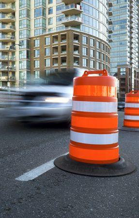 Eine helle orange tonnenförmigen Verkehr-Pylon leitet Datenverkehr entlang einer Stadtstraße.  Standard-Bild - 6786284