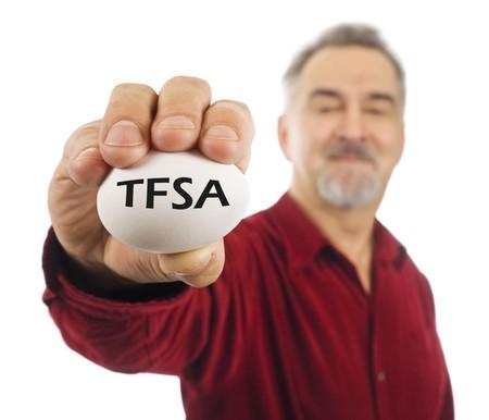 gniazdo jaj: Mężczyzna dojrzałym posiada białych jaj nest, z TFSA na nim. TFSA to konto oszczędności podatkowe wolna, narzędzie inwestycyjne popularne używane w Kanadzie.