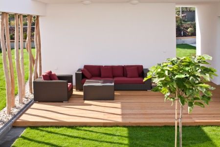 정원이있는 현대 나무 테라스에서 소파
