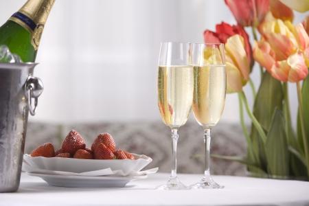 샴페인 와인, 딸기와 튤립과 봄 정물 스톡 콘텐츠