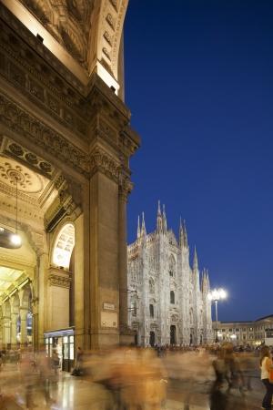 두오모 바로 밀라노의 두오모, 이탈리아, 그리고 갤러리아 비토리오 에마누엘레 II에서 nigt 왼쪽 스톡 콘텐츠
