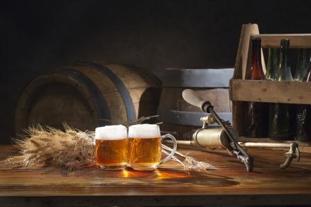 오래된 맥주 통 탭으로 테이블에 맥주 아직도 인생