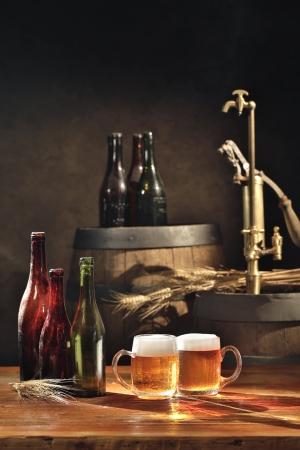 오래된 맥주 통 탭으로 테이블에 맥주 아직 인생
