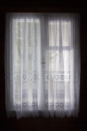 cortinas blancas: ventana con cortinas blancas