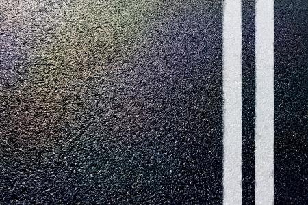 흰색 이중선이있는 아스팔트 디테일
