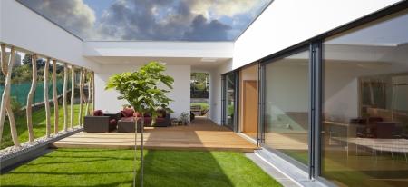 プライベート ガーデンやテラスで美しい新しい静かでモダンな家