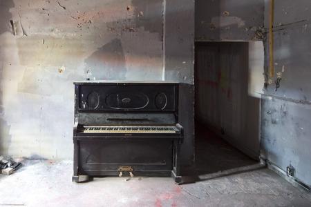 오래 된 더러운 검은 피아노 악기 먼지