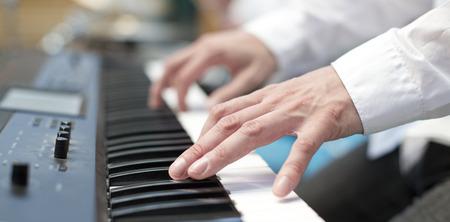 pianista: El jugador dedos de pianista en el teclado se cierran para arriba Foto de archivo