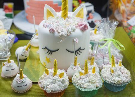 Unicorn cake and pastries. Confectionery shop decoration. Standard-Bild - 140629535