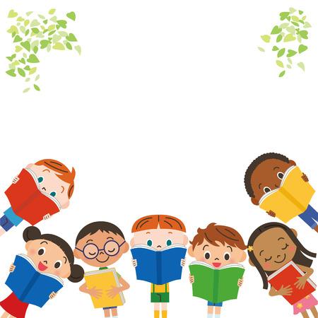 Kinder, die liegen und ein Buch zu lesen