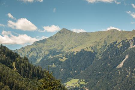 Berge, Wälder und blauer Himmel