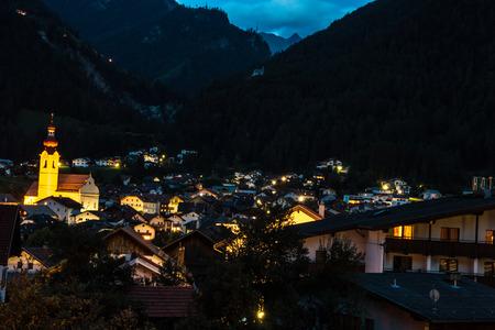 Dorf in der Nacht in den Bergen Standard-Bild