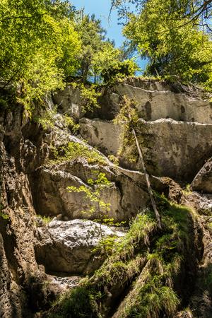 Große Felsen und wilder Bach