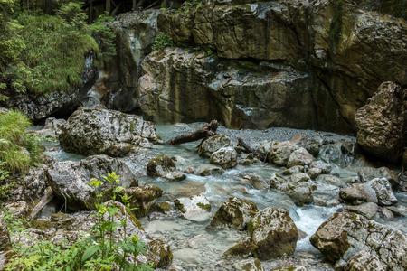 Wildbach und große Felsen Standard-Bild