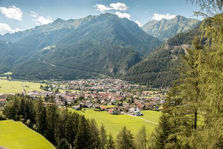 Berge, Wälder und ein kleines Dorf Standard-Bild