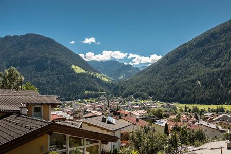 Berge und Dorf Lizenzfreie Bilder