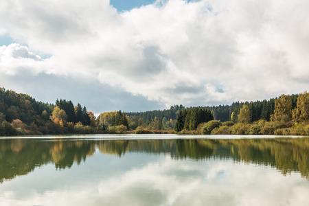 Einsamer See und Reflexionen Standard-Bild