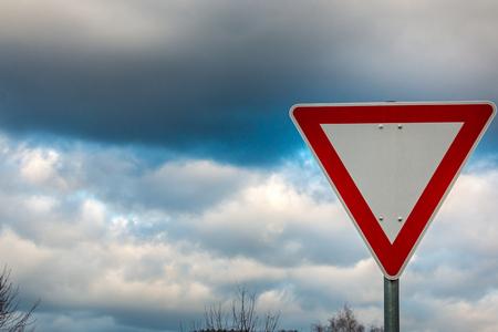 Verkehrszeichen, das bedeutet, dass Sie nachgeben müssen Standard-Bild