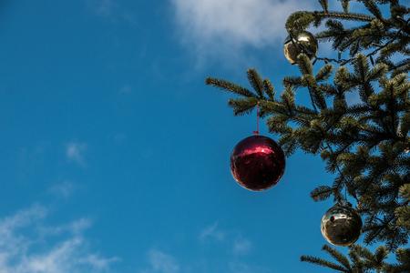 Ein Weihnachtsbaum und leuchtende Christbaumkugeln