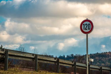 Verkehrszeichen, das 120 Kilometer pro Stunde bedeutet Standard-Bild