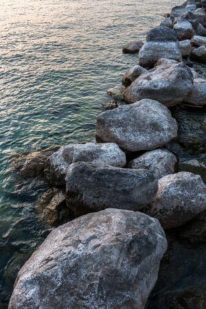 Petite langue noire de terre dans l'eau et un coucher de soleil doré