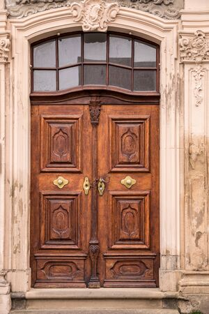 Old wooden door of an old historical building Standard-Bild