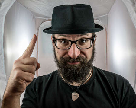 A bearded man with hat and glasses has an idea Standard-Bild