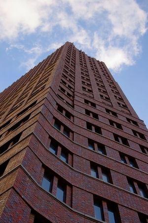 clinker: costruzione di un moderno grattacielo con clinker, un tipico edificio per uffici