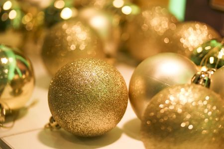 decora: a close up of some christmas baubles